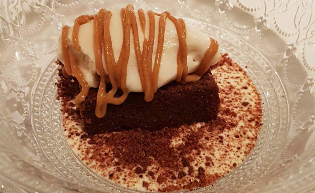 Brownie con sopa de vainilla, helado de almendra - Rte. Lúa