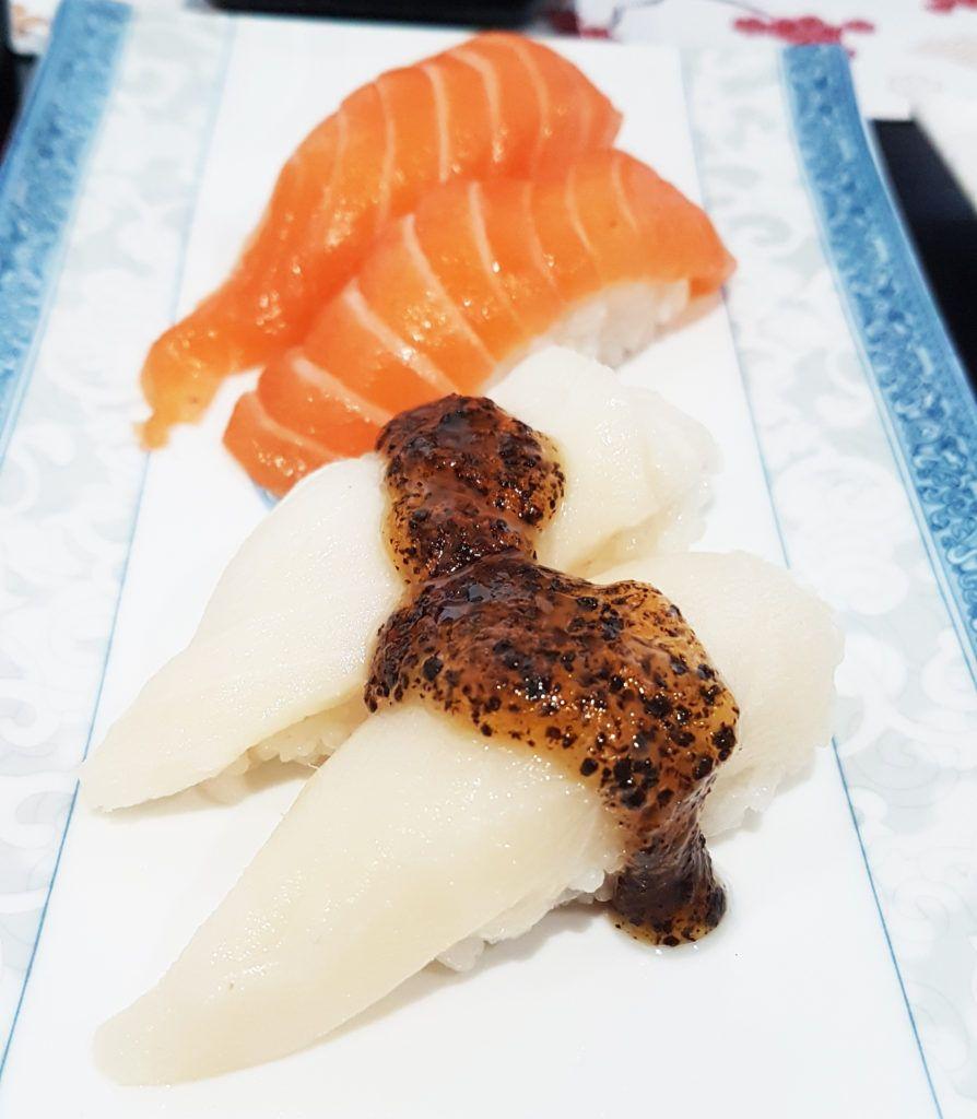 Nigiris de salmón y de pez mantequilla con trufa - GO Sushing