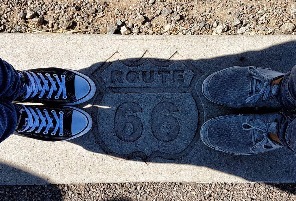 Etapa 8 de la Ruta 66: Grabado en la piedra de la Ruta 66