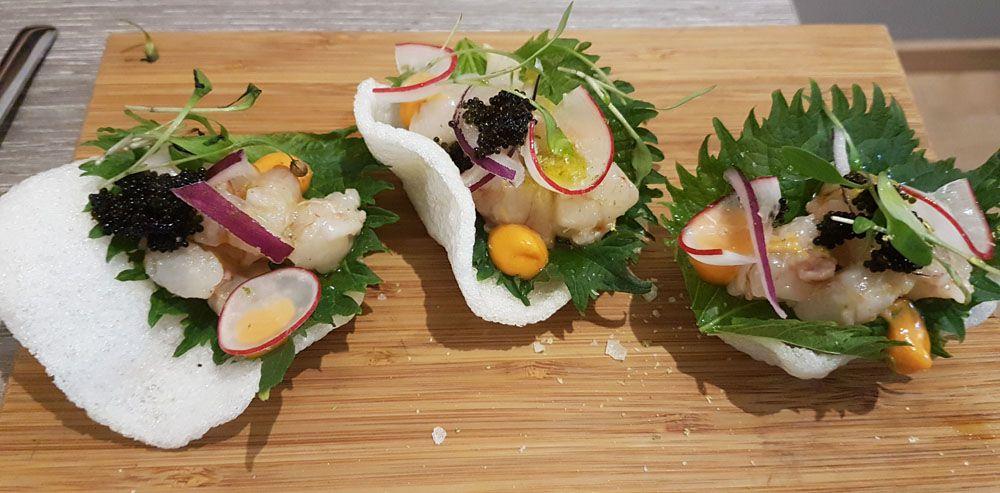 Ceviche de gambón con sisho sobre pan crujiente de gambas