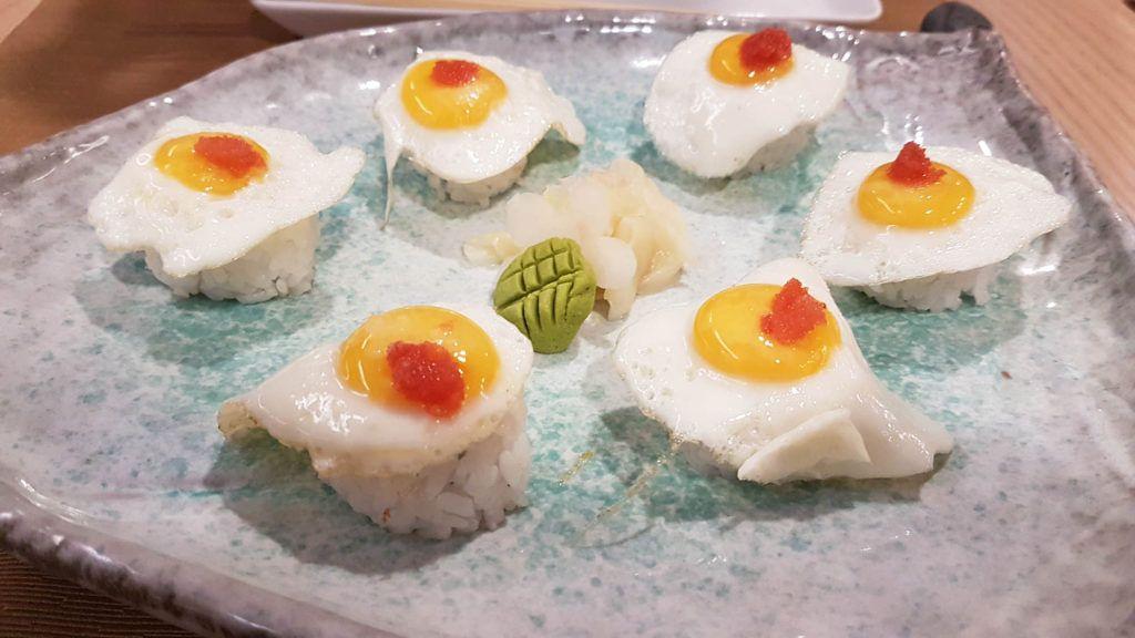 Nigiris de yema de codorniz con huevas de salmón en el restaurante Kazan