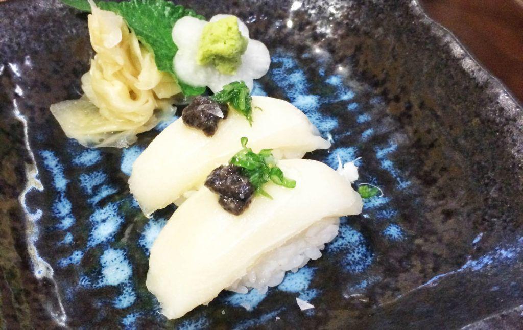 Nigiris de pez mantequilla y trufa en el restaurante Kazan