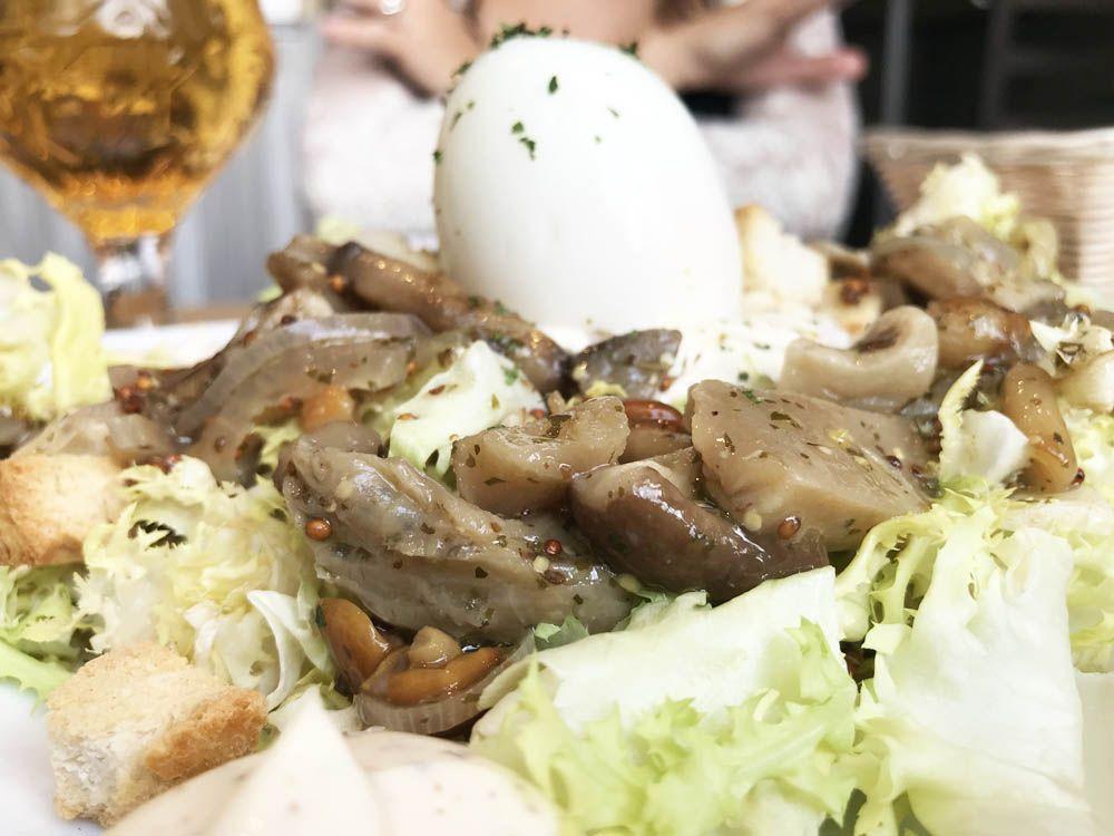 Deliquio: Ensalada de setas escabechadas con huevo poché y mayonesa trufada