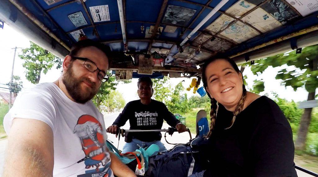 Tuk-tuk de camino a la estación de autobuses de Sukhothai