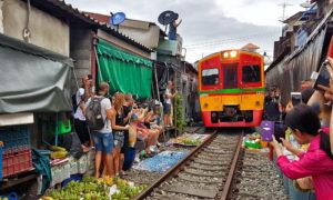 Mercado sobre las vías del tren Maeklong [VÍDEO]