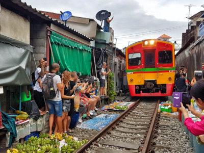 Mercado sobre las vías del tren en Tailandia [CÓMO LLEGAR + VÍDEO]