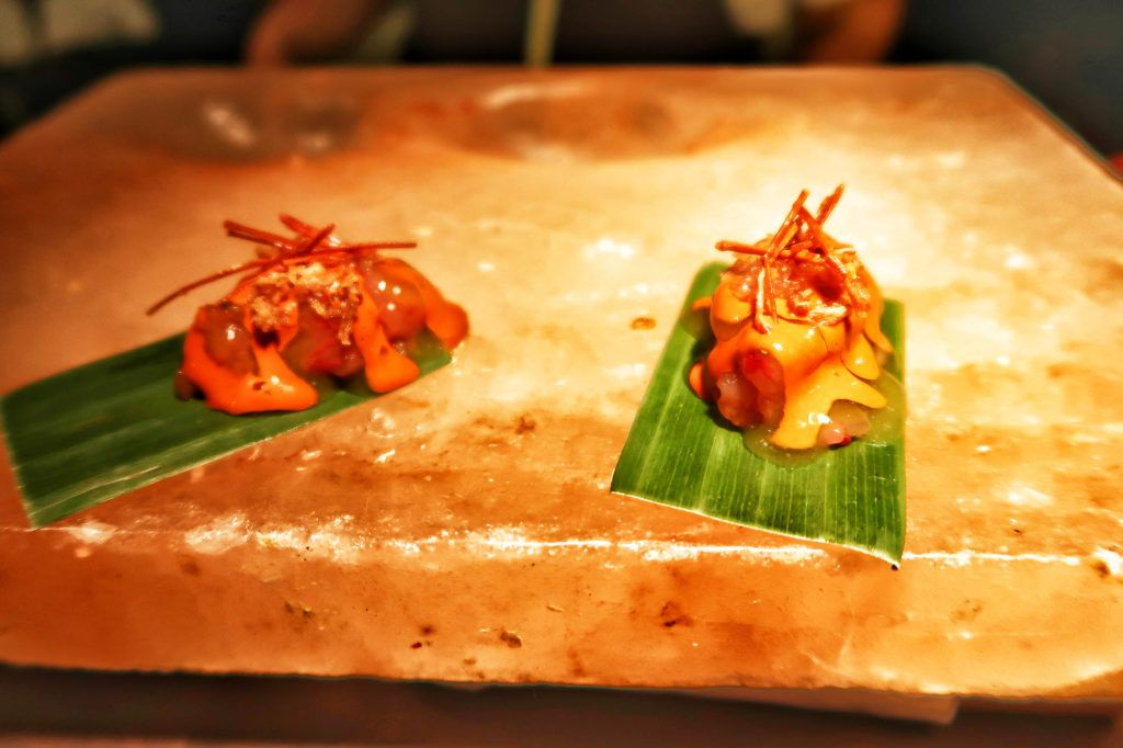 Restaurante dStage - Cebiche de carabinero en la roca de sal y coral de rocoto