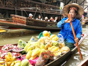 mercado flotante regatear en Tailandia