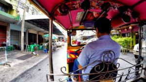 coger un tuk tuk regatear en Tailandia