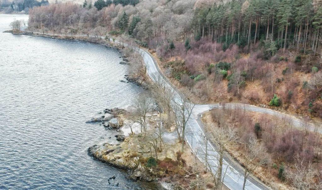 Ruta por Escocia en coche: carretera que bordea el Loch Lomond