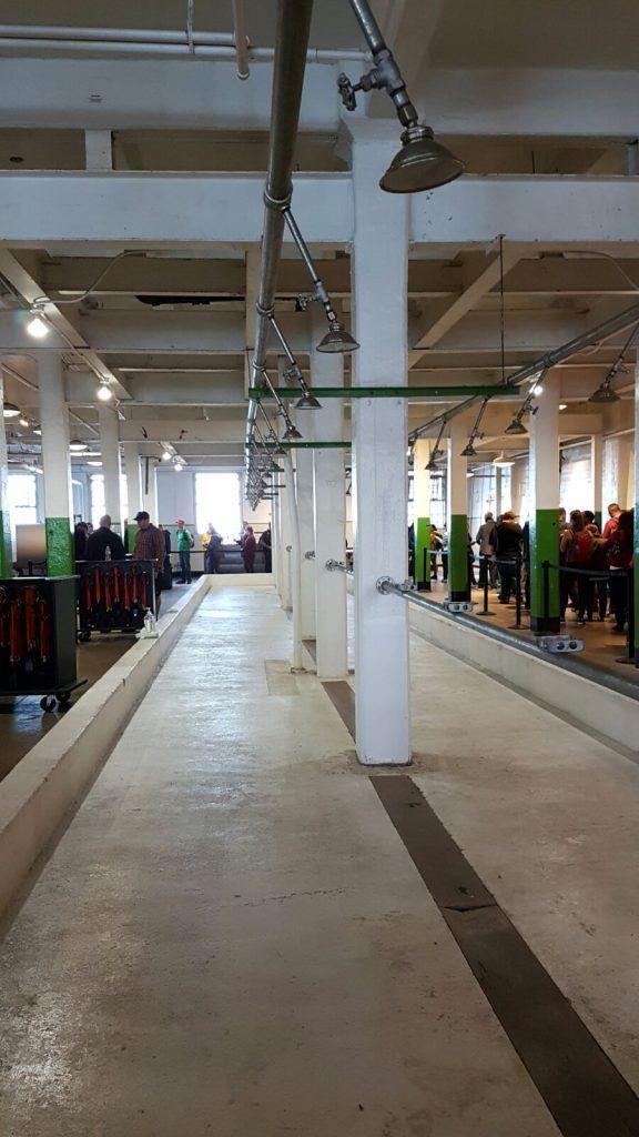 Visitar Alcatraz: la espera para coger la audioguía se desarrolla en las duchas