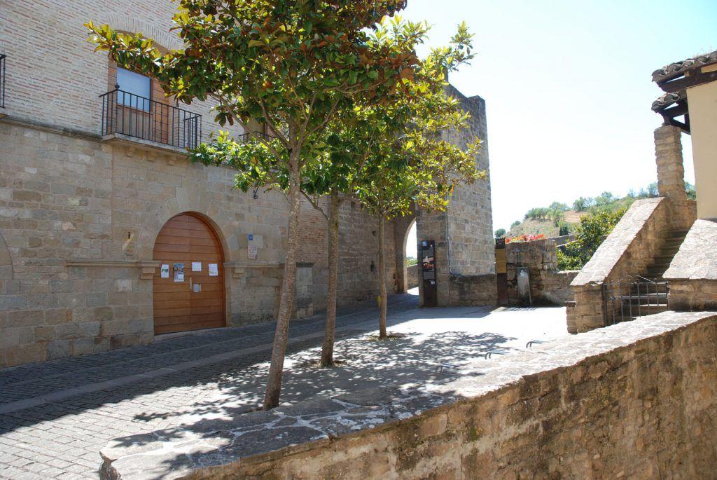 Navarra Media: Acceso al puente romano desde la calle Poblaciones en Puente la Reina