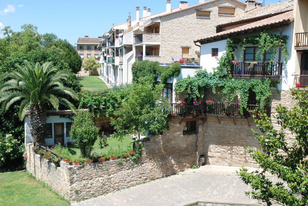 Navarra Media: Casas típicas aledañas al puente romano en Puente la Reina