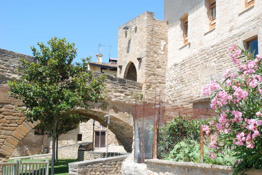 Navarra Media: Torre, arco y acceso al inicio del puente romano en Puente la Reina