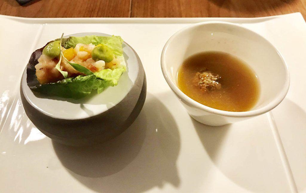 Sopa de albóndigas de boquerones y ensalada de mango y gambas