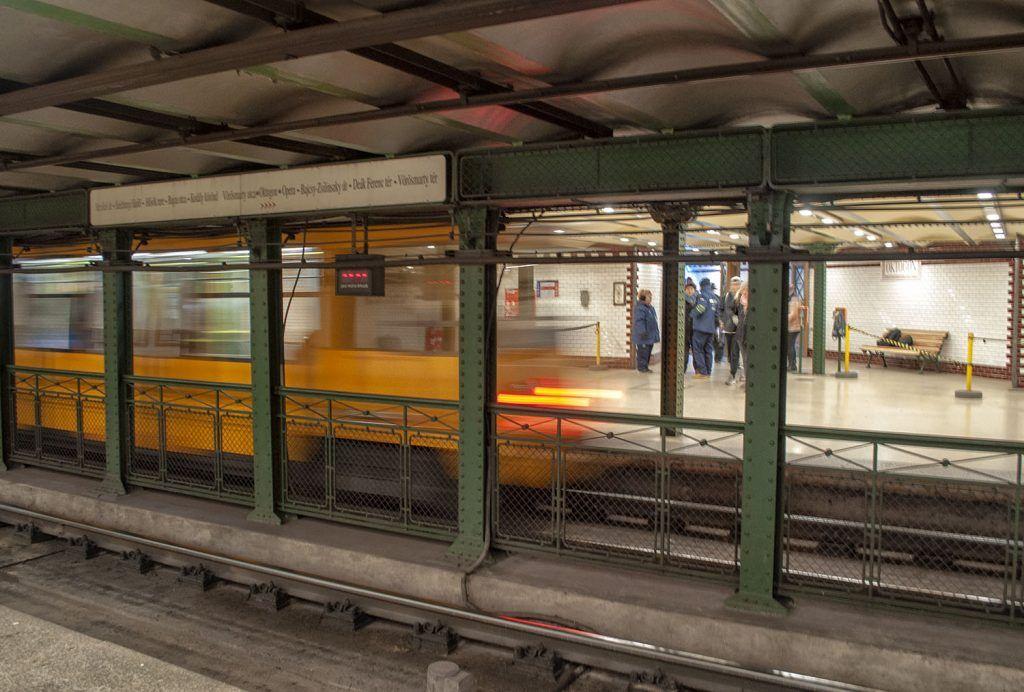 Transporte en Budapest: parada de metro de Oktogon