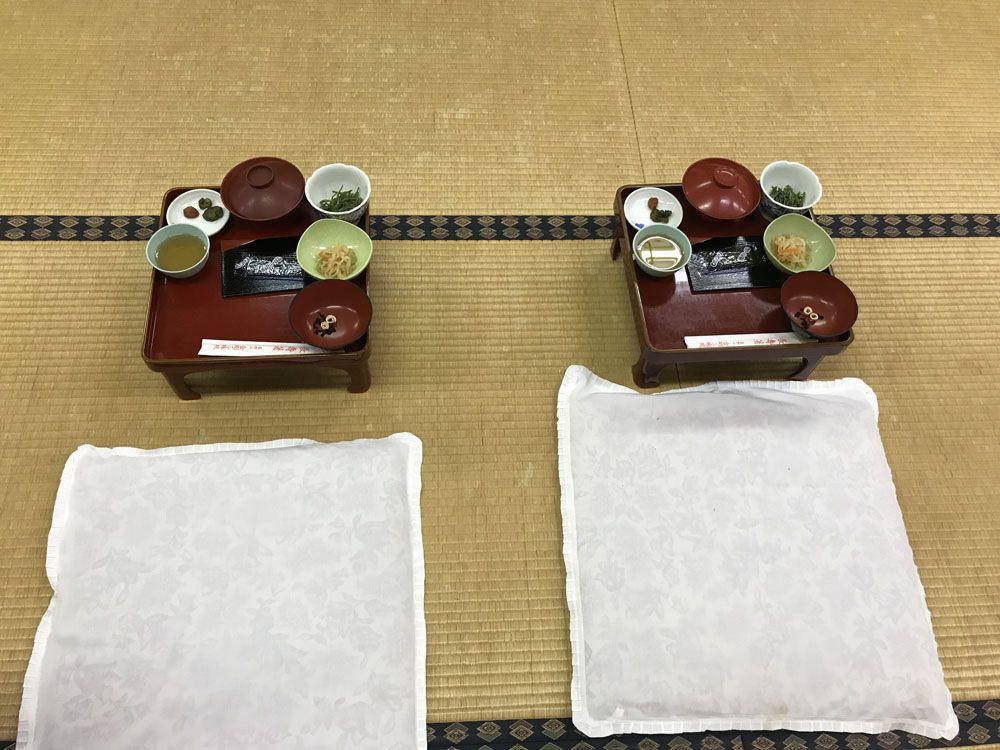 Dormir en un templo budista: desayuno en la sala común