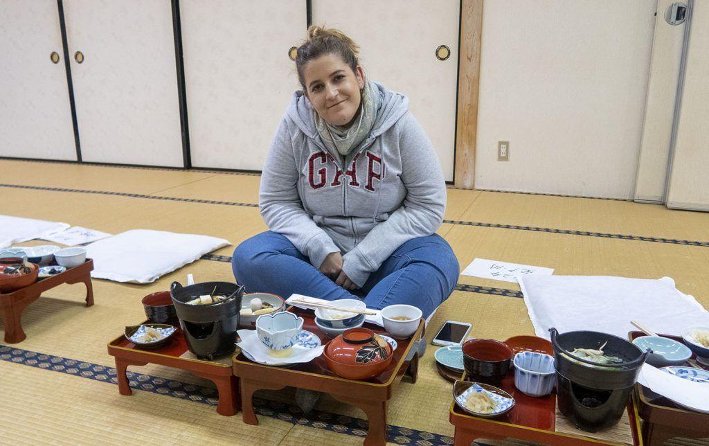 Dormir en un templo budista: cena en la sala común