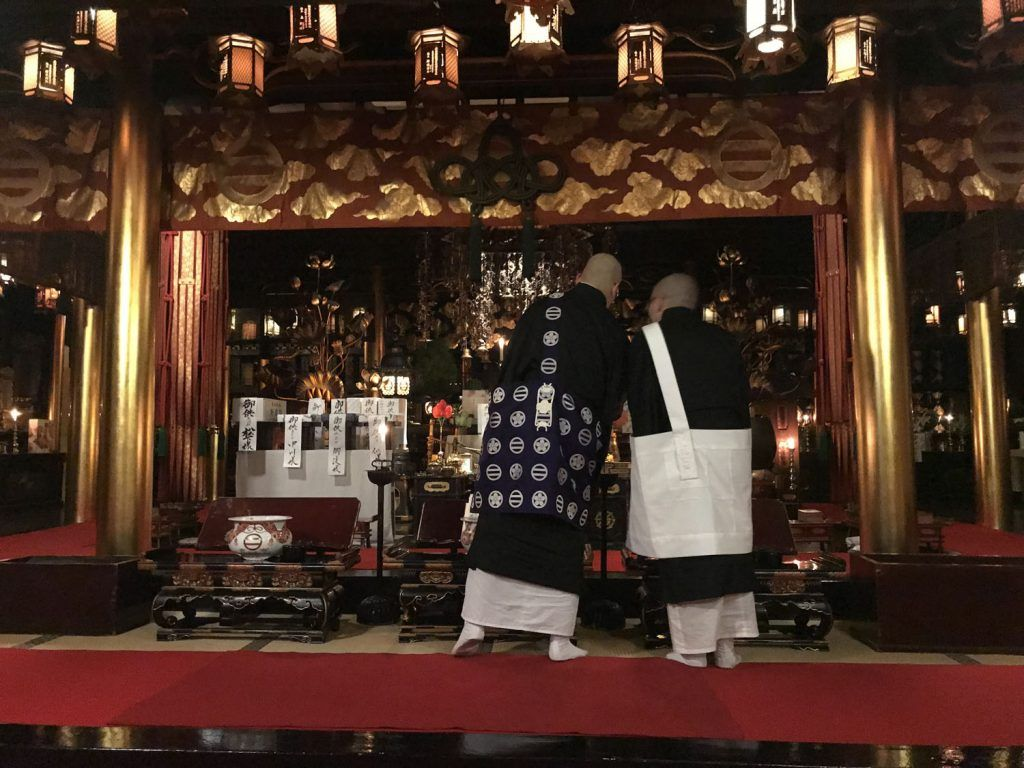 Dormir en un templo budista: rezo matinal de los monjes