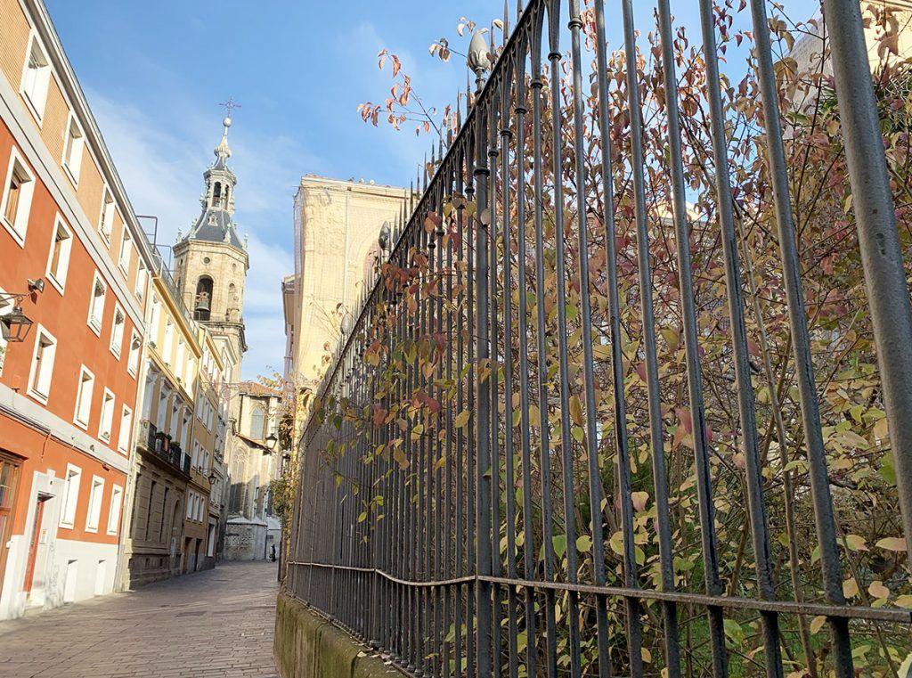 Qué ver en Vitoria: calle Herrería con la iglesia de San Pedro de fondo