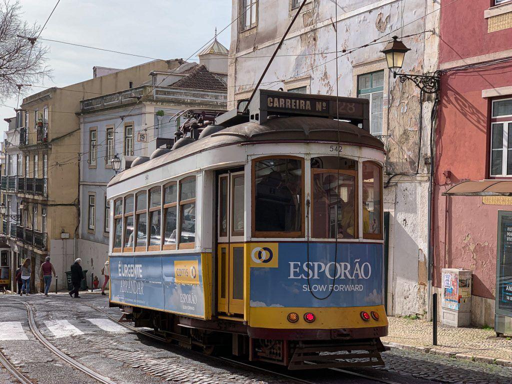 Qué ver en Lisboa: tranvía en la Alfama