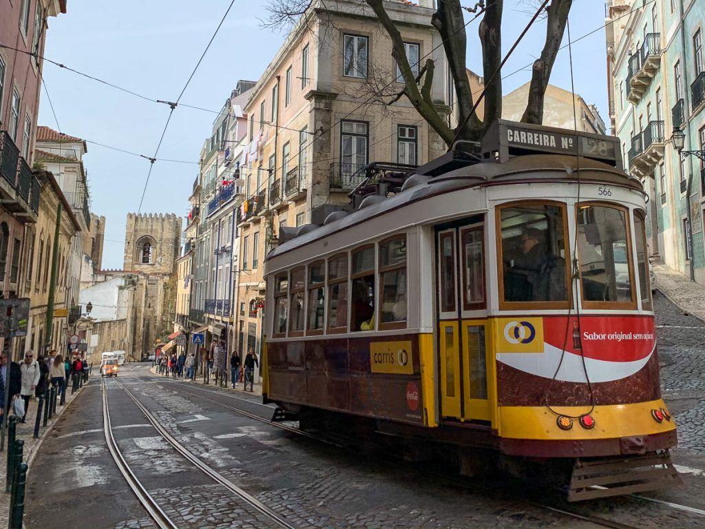 Qué ver en Lisboa: tranvías en la Alfama