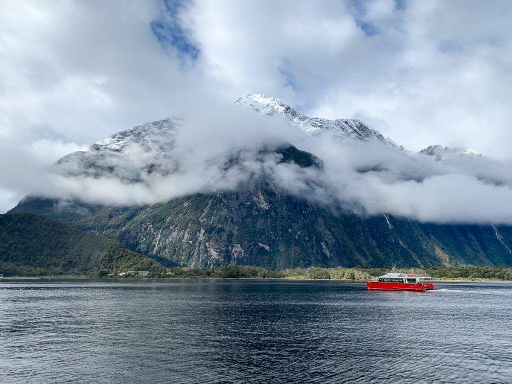 Crucero por Milford Sound: fíjate en lo diminuto que se ve el barco