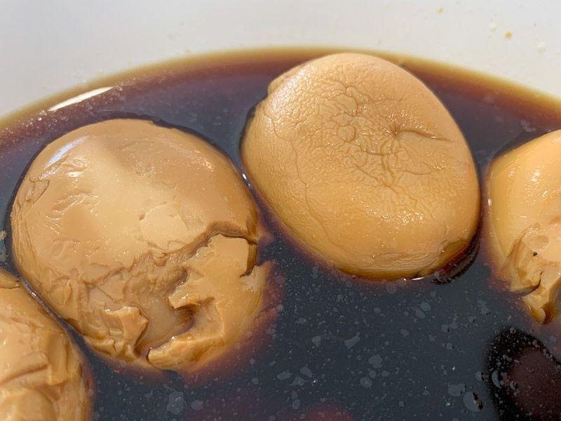 Receta de ramen: huevos marinando
