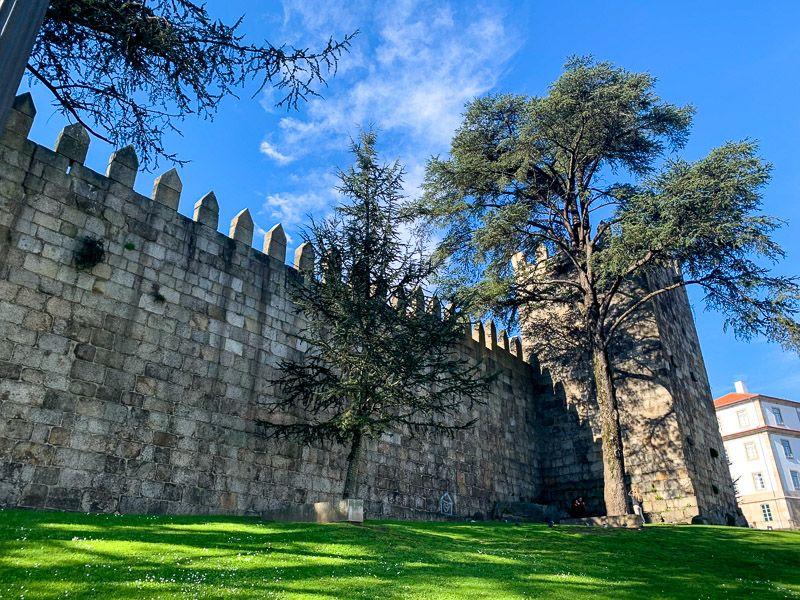 Breve historia de Oporto: restos de la muralla de Oporto