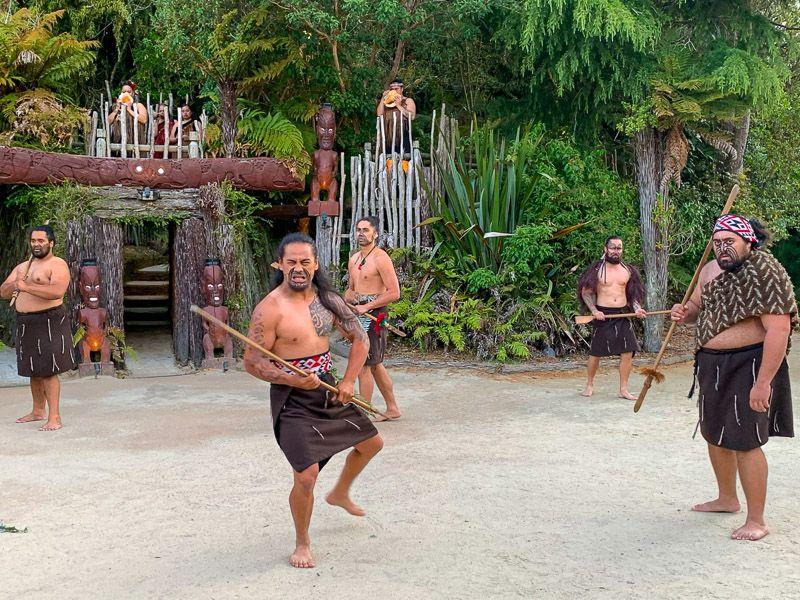 Visitar un poblado maorí en Nueva Zelanda: el ritual de bienvenida