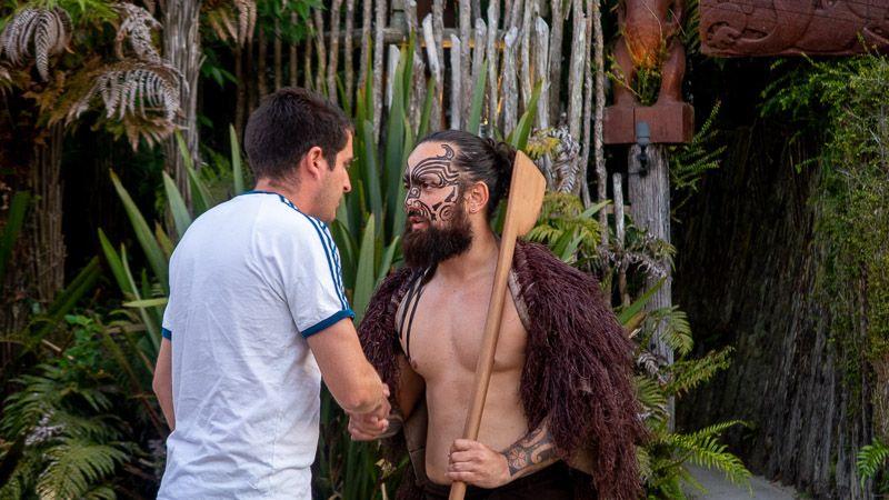 Visitar un poblado maorí en Nueva Zelanda: el ritual de bienvenida - qué hacer en rotorua
