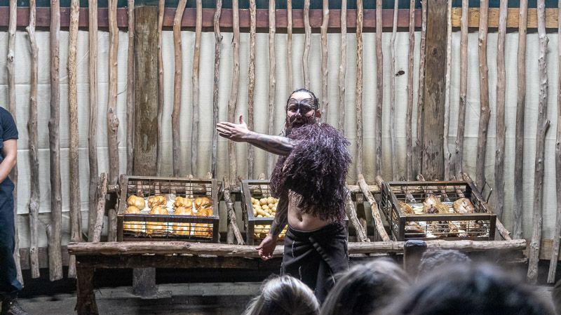 Visitar un poblado maorí en Nueva Zelanda: ¡Esa es nuestra cena!