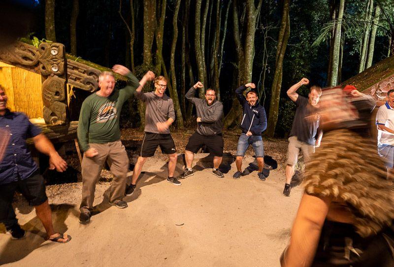 Visitar un poblado maorí en Nueva Zelanda: Fran aprendiendo a bailar hakas