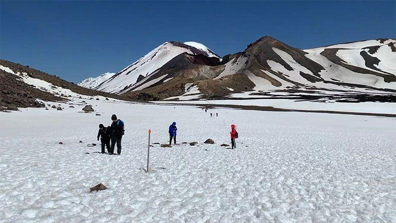 Tongariro Alpine Crossing: nieve por el camino