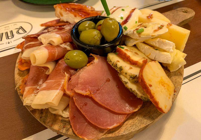 Dónde comer en Oporto: tabla de queijos y enchidos
