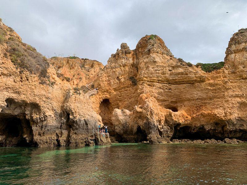 Paseo en barco por Ponta da Piedade: aguas turquesas que te recordarán al Caribe