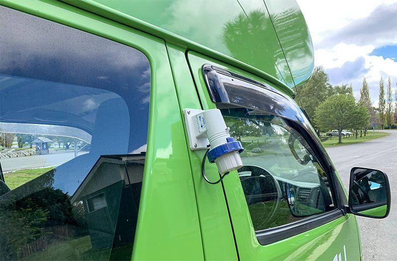 Alquilar una camper en Nueva Zelanda: el enchufe exterior de la Jucy Chaser