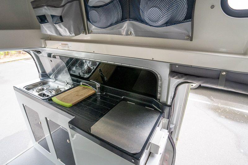 Alquilar una camper en Nueva Zelanda: la cocina de nuestra Jucy Chaser