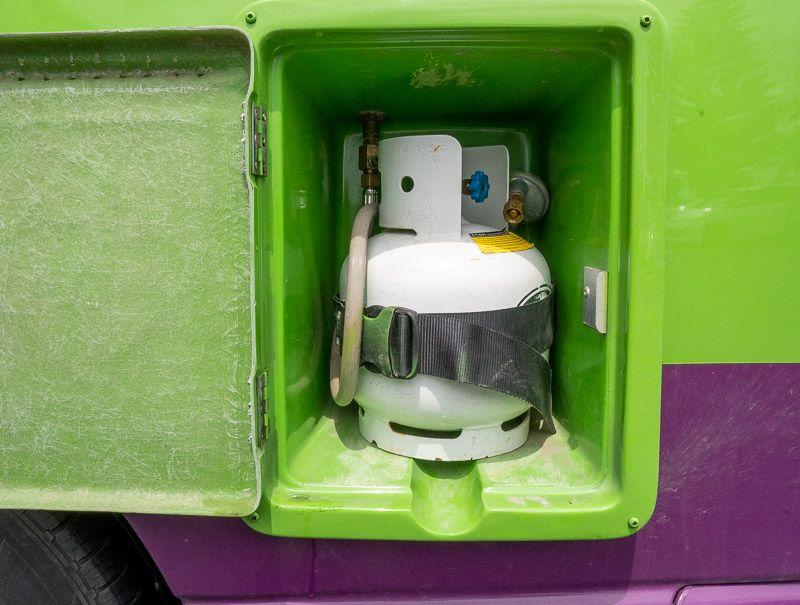 Alquilar una camper en Nueva Zelanda: bombona de gas de nuestra Jucy Chaser