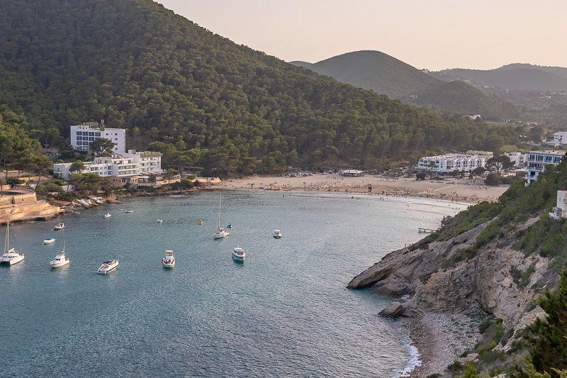 Qué ver en Ibiza: Cala Llonga