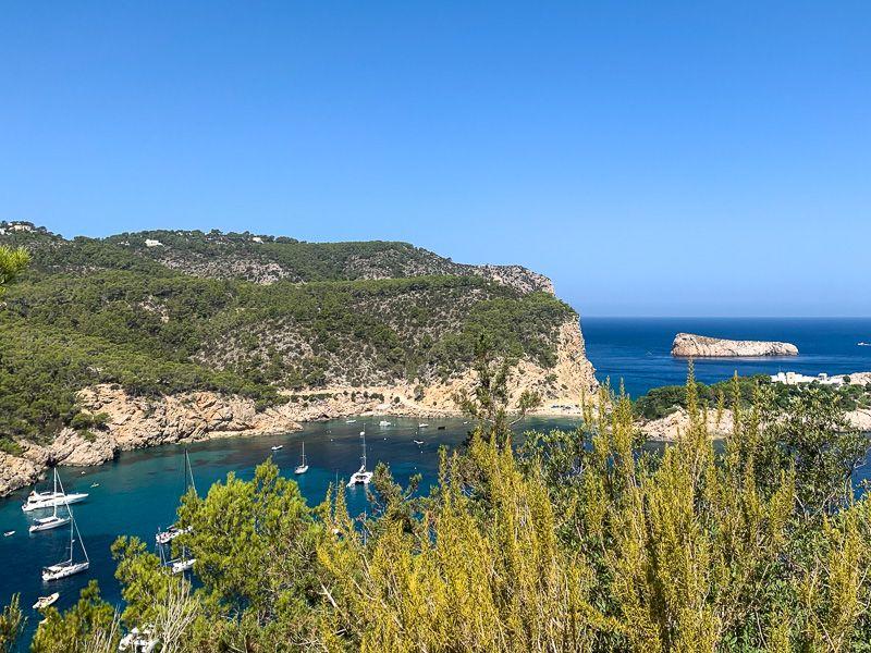 Qué ver en Ibiza: carretera de camino a cala Benirrás
