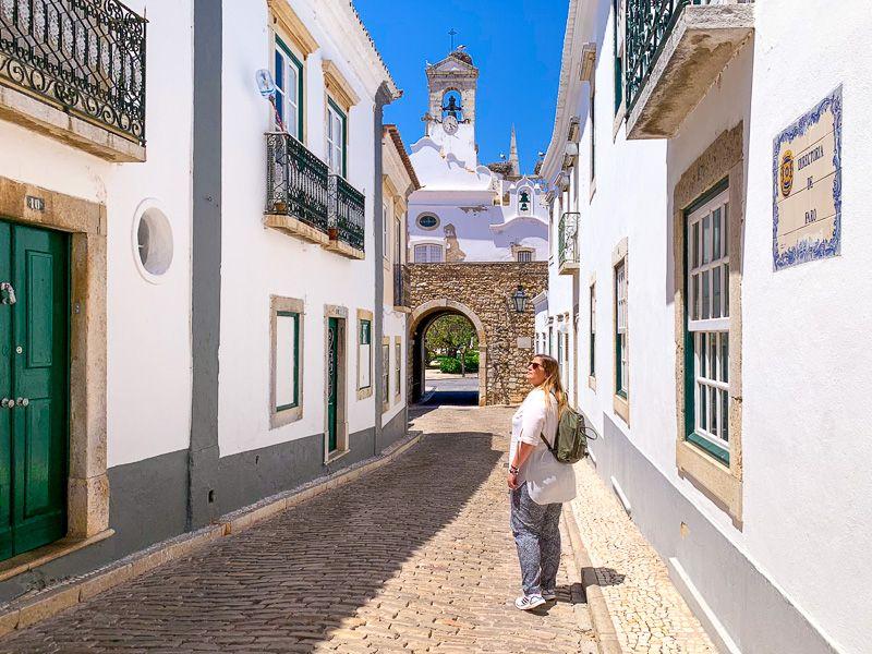 Qué ver en Faro: arco da Vila - Dónde dormir en el Algarve - Las 10 ciudades más importantes de Portugal