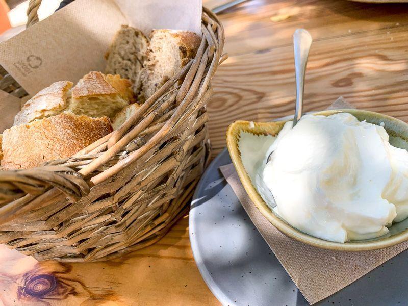 Qué comer en Ibiza: pan con alioli