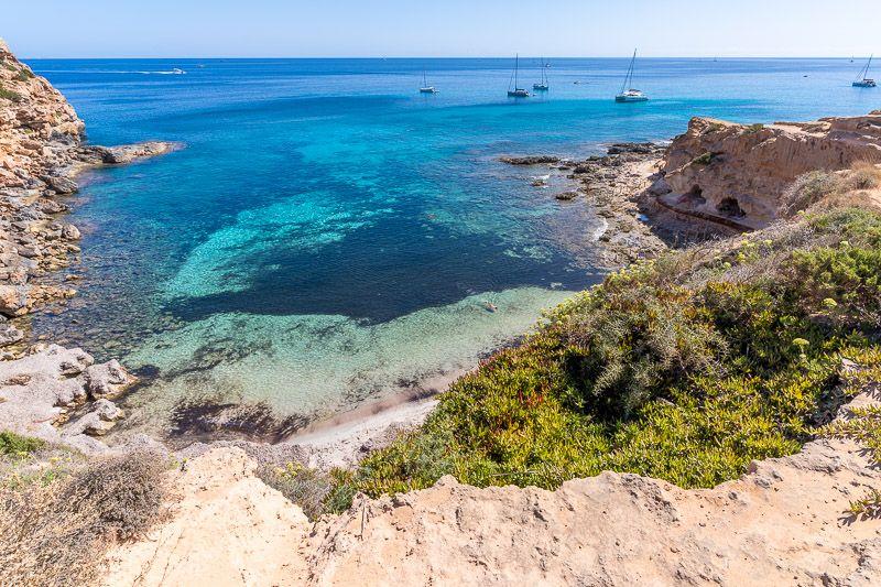 Cómo ir de Ibiza a Formentera BARATO y rápido: cuando llegues puedes visitar la cala En Baster - Cuánto cuesta un viaje a Ibiza: el coche de alquiler