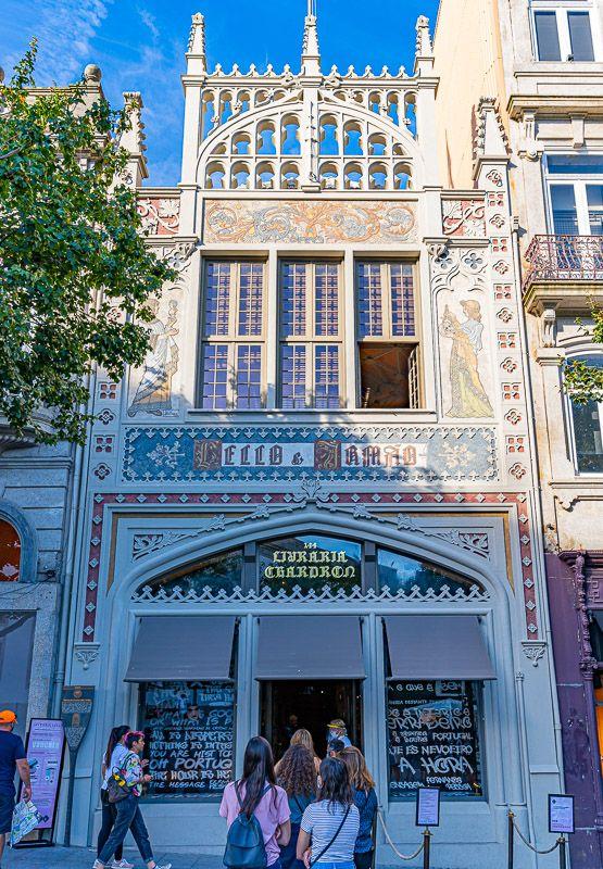 Visitar la librería Lello en Oporto: así es su fachada