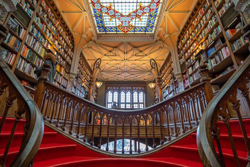 Visitar la librería Lello en Oporto: esta escalera es famosa en todo el mundo