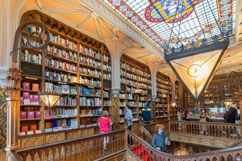 Visitar la librería Lello en Oporto: el interior es impresionante