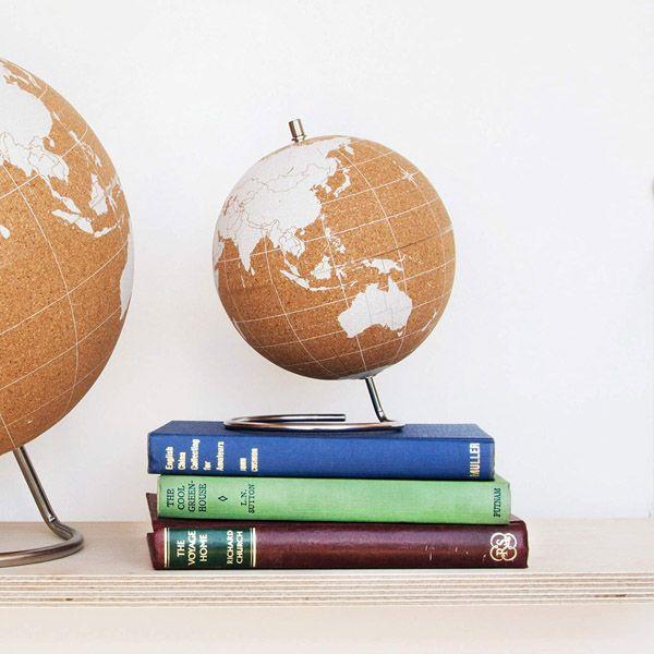 Los mejores regalos viajeros baratos: bola del mundo de corcho