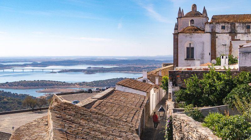 Qué ver en el lago Alqueva: Monsaraz - Las 12 mejores rutas en coche por Portugal: ruta de Monsanto a Mértola