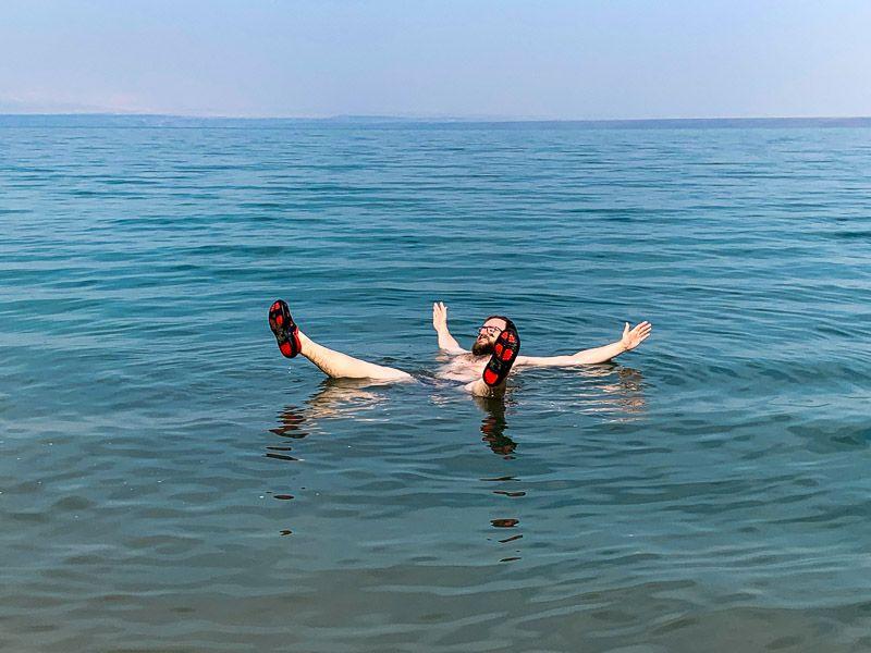 Qué ver y hacer en la carretera del Mar Muerto: flotar en el Mar Muerto
